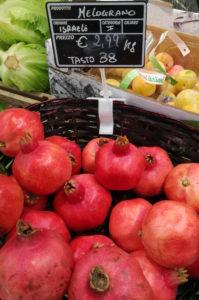 Palermo, melograni al supermercato